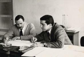 Rachelino Maffioletti in ufficio con un collega.