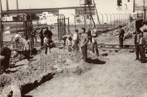 Angelo Nittoli e altri lavoratori nel cantiere del nuovo stabilimento.