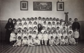 Palmina Cologni con la sua classe all'asilo aziendale.