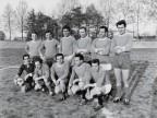 La squadra aggiustaggio alla partita finale del torneo di calcio aziendale.