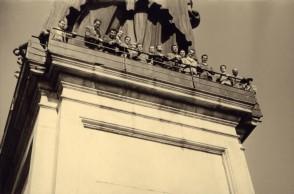 Visita tra colleghi alla statua di San Carlo Borromeo.