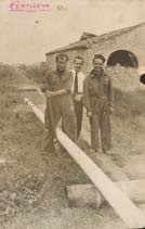 Pietro Pelicioli con i colleghi durante la posa in opera dei tubi.