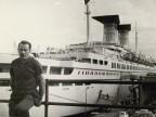 Pietro Pelicioli sul ponte d'imbarco del porto di Piombino.