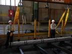 Operatori al reparto imballaggio tubi.