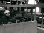 Operatore al pannello di comando della pressa a estrudere.