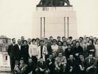 Gruppo del Cral di Costa Volpino davanti al monumento dei caduti.