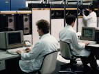 Operatori al lavoro nel centro elaborazione dati aziendale.