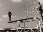 Tuffatori sul trampolino della piscina aziendale.