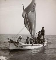 Gita in barca durante il soggiorno alla colonia marina F. Ratti di Desio.