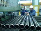 Operatori al lavoro all'impianto di lubrificazione.
