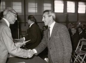 Elia Grazioli premiato per l'anzianità di servizio.