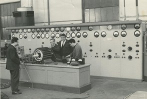 Genesio Maggi con i colleghi al lavoro nel laboratorio elettrico.