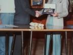Franco Nappo riceve un riconoscimento al premio di pittura aziendale.