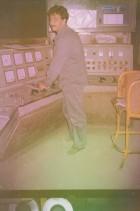 Graziano Cortesi alla cabina di comando del forno in acciaieria.