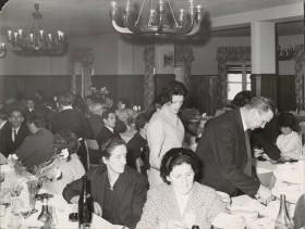 Aldo Marchesi durante un convivio all'albergo vacanze aziendale.