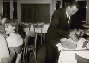 Aldo Marchesi durante una cena all'albergo vacanze aziendale.