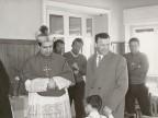 Aldo Marchesi riceve il Vescovo di Bergamo all'albergo vacanze aziendale.