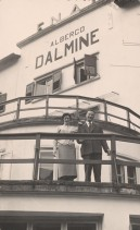 Aldo Marchesi con la moglie Gina sul terrazzo dell'albergo vacanze aziendale.