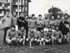 Giacomo Seghezzi con i colleghi al torneo di calcio aziendale.