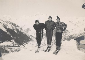 Luigi Fin con i colleghi sugli sci a Corno d'Aola.