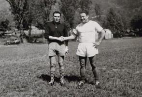 Luigi Fin con un collega durante un torneo di calcio aziendale.