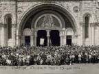 Foto di gruppo di lavoratori durante un pellegrinaggio.