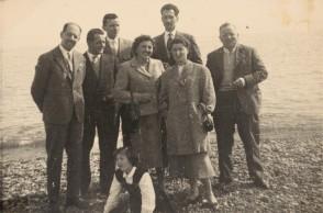 Giuseppe Merli con i colleghi in riva al mare.