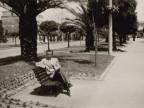 Giuseppe Merli seduto su una panchina del lungomare.