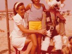 Maria Pagani con la sua educatrice alla colonia marina F. Ratti di Desio.
