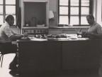 Roberto Caccia con un collega nel laboratorio analisi chimiche.