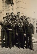 Carlo Rosti con altri marinai dell'equipaggio del Regio Incrociatore Gorizia.