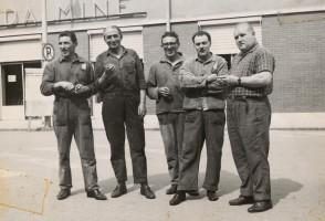 Santo Picenni con i colleghi dell'acciaieria.