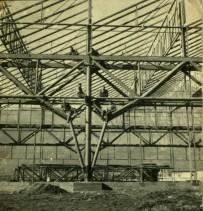 Costruzione dei primi capannoni dello stabilimento.