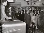 Il Presidente Magrì e altri visitatori alla mostra aziendale sulla sicurezza.