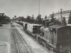 Trasporto tubi sulla linea ferroviaria aziendale.