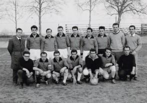 Alberto Vitali con i colleghi al torneo di calcio aziendale.