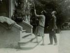 Emilio Taddei con la moglie Elina nel giardino della loro abitazione.