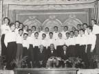 Angelo Barcella con il gruppo dei cantori di Sabbio durante un'esibizione.