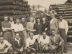 Giovanni Ratti con i colleghi del magazzino pali.