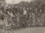 Foto di gruppo di Pietro Salvetti e di altri ciclisti del Cral aziendale durante una gara.