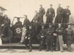 Pietro Salvetti e il corpo dei pompieri in servizio nello stabilimento.