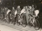 Pietro Salvetti e altri ciclisti del Cral aziendale al giro d'onore sulla pista del velodromo.