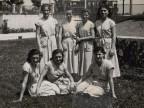 Antonia Brogni con le altre ragazze della colonia marina F. Ratti di Desio.