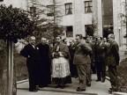 Giovanni Rossi dinanzi al palazzo della direzione durante una visita istituzionale.