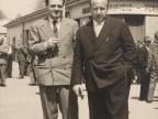 Giovanni Bonanni con un collega nel piazzale della mensa aziendale.
