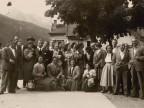 Giovanni Bonanni con la moglie in una foto di gruppo con i colleghi.