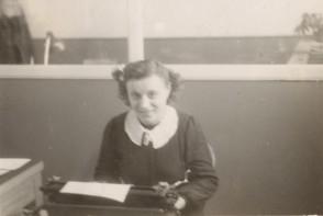 Maria Elisa Corti alla macchina da scrivere nell'ufficio paghe.