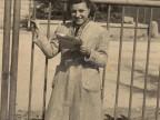 Maria Elisa Corti legge il giornale ai cancelli dell'azienda.