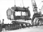 Scarico macchinari al porto. Anni '50