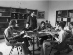 Allievi e docenti della scuola siderurgica in un momento di lettura. Anni '70